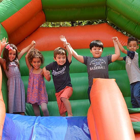 Inflável gigante no aniversário da escola